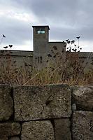 Isola di Pianosa. Pianosa Island. .Il muro Dalla Chiesa divide l'ex colonia penale dal borgo..The wall dividing the former penal colony from the village.