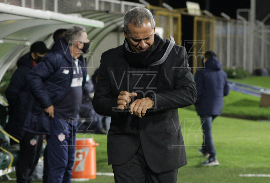 BOGOTA - COLOMBIA, 24-10-2020: Hernan Torres técnico del Tolima gesticula durante partido entre Deportes Tolima y Atlético Junior por los cuartos de final vuelta de la Liga BetPlay 2020 jugado en el estadio  Metropolitano de Techo de la ciudad de Bogotá. / Hernan Torres coach of Tolima gestures during second leg quarter-final match between Deportes Tolima and Atletico Junior as part of BetPlay League 2020 played at  Metropolitano de Techo stadium in Bogota city. Photo: VizzorImage / Juan Torres / Cont