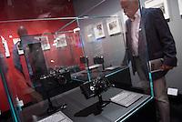"""Ausstellung """"Augen auf - 100 Jahre Jeica Fotografie"""" in der Galerie C/O Berlin.<br /> Vom 22. August bis 1. November 2015 zeigt die Berliner Galerie C/O Berlin Fotos und Ausstellungsstuecke zum Thema 100 Jahre Leica Fotografie.<br /> Die Ausstellung will die kunst- und kulturgeschichtliche Perspektive der Leica-Kameras zeigen und wie sich das fotografische Sehen im 20. Jahrhundert durch sie veraendert hat.<br /> Ausgestellt wird u.a. die ersten Leica-Kamera, die 1914 vom Feinmechaniker und Hobbyfotografen Oskar Barnack entwickelt wurde sowie bekannte und unbekannte Fotografien von Robert Capa, Rene Burri oder auch Henri Cartier-Bresson.<br /> Im Bild: Nachbauten der Ur-Leica von 1914.<br /> 21.8.2015, Berlin<br /> Copyright: Christian-Ditsch.de<br /> [Inhaltsveraendernde Manipulation des Fotos nur nach ausdruecklicher Genehmigung des Fotografen. Vereinbarungen ueber Abtretung von Persoenlichkeitsrechten/Model Release der abgebildeten Person/Personen liegen nicht vor. NO MODEL RELEASE! Nur fuer Redaktionelle Zwecke. Don't publish without copyright Christian-Ditsch.de, Veroeffentlichung nur mit Fotografennennung, sowie gegen Honorar, MwSt. und Beleg. Konto: I N G - D i B a, IBAN DE58500105175400192269, BIC INGDDEFFXXX, Kontakt: post@christian-ditsch.de<br /> Bei der Bearbeitung der Dateiinformationen darf die Urheberkennzeichnung in den EXIF- und  IPTC-Daten nicht entfernt werden, diese sind in digitalen Medien nach §95c UrhG rechtlich geschuetzt. Der Urhebervermerk wird gemaess §13 UrhG verlangt.]"""