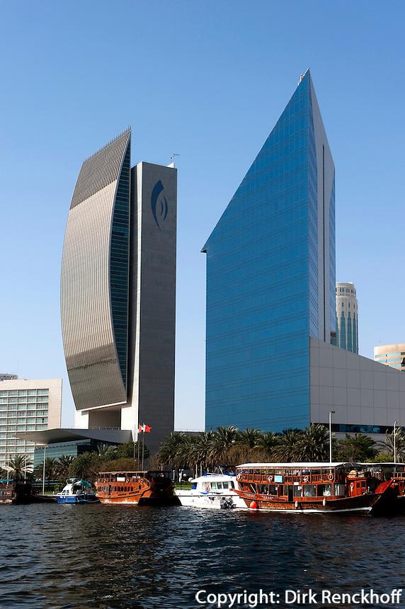 Dhau vor National Bank of Dubai und Chamber of Commerce and Industry, Dubai, Vereinigte arabische Emirate (VAE, UAE)