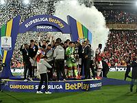 BOGOTA - COLOMBIA, 20-10-2021: Jugadores de Independiente Santa Fe celebran el titulo como campeones de la Super Liga BetPlay DIMAYOR 2021 en el estadio Nemesio Camacho El Campin de la ciudad de Bogota. /  Players of Independiente Santa Fe celebrate the title as champions of the BetPlay DIMAYOR Super League 2021 played at the Nemesio Camacho El Campin Stadium in Bogota city. / Photo: VizzorImage / Luis Ramirez / Staff.
