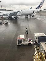 Carico bagagli in pista all'aeroporto Charles DeGaulle di Parigi