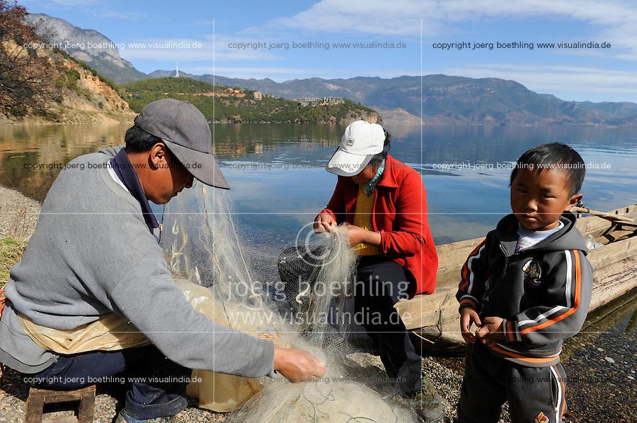 CHINA Yunnan Lugu Lake, family and fishing net /CHINA Provinz Yunnan , Lugu See, Familie mit Fischernetz