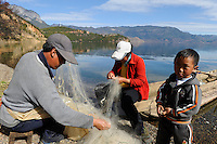 CHINA Yunnan Lugu Lake, family and fishing net /CHINA Provinz Yunnan , Lugu See, Familie mit Fischernetz