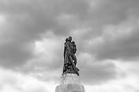Das Sowjetisches Ehrenmal im Treptower Park. Das Ehrenmal wurde von 1946 bis 1949 aus den Steinen der Reichskanzlei erbaut. Hier sind ueber 7.000 Sowjetsoldaten begraben, die bei der Schlacht um Berlin ums Leben gekommen sind.<br /> 17.8.2014, Berlin<br /> Copyright: Christian-Ditsch.de<br /> [Inhaltsveraendernde Manipulation des Fotos nur nach ausdruecklicher Genehmigung des Fotografen. Vereinbarungen ueber Abtretung von Persoenlichkeitsrechten/Model Release der abgebildeten Person/Personen liegen nicht vor. NO MODEL RELEASE! Don't publish without copyright Christian-Ditsch.de, Veroeffentlichung nur mit Fotografennennung, sowie gegen Honorar, MwSt. und Beleg. Konto: I N G - D i B a, IBAN DE58500105175400192269, BIC INGDDEFFXXX, Kontakt: post@christian-ditsch.de<br /> Urhebervermerk wird gemaess Paragraph 13 UHG verlangt.]