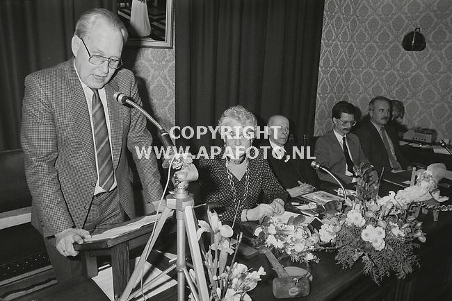 Brummen, 19860226<br /> Cadeau voor burgemeester Mw. van de Bos-Brethouwer