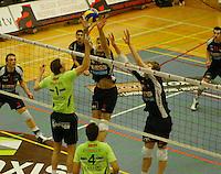 Volley Menen - Knack Randstad Roeselare : duel om de bal tussen  Armands Celitans (midden) , Sam Deroo (rechts) en Chris Lamont (Menen - links).foto VDB / BART VANDENBROUCKE