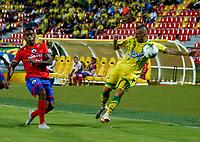 BUCARAMANGA - COLOMBIA, 08-02-2019: Jhon Freddy Pérez de Atlético Bucaramanga disputa el balón con Fabián Viáfara de Deportivo Pasto, durante partido entre Atlético Bucaramanga y Deportivo Pasto, de la fecha 4 por la Liga Aguila I 2019, jugado en el estadio Alfonso López de la ciudad de Bucaramanga. / Jhon Freddy Pérez of Atletico Bucaramanga vies for the ball with Fabián Viáfara of Deportivo Pasto, during a match between Atletico Bucaramanga and Deportivo Pasto, of the 4th date for the Liga Aguila I 2019 at the Alfonso Lopez Stadium in Bucaramanga city Photo: VizzorImage / Oscar Martínez / Cont.