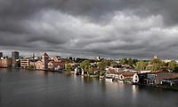Nederland  Zaandam - 2020.    Donkere wolken boven de Zaan.  Foto : ANP/ Hollandse Hoogte / Berlinda van Dam
