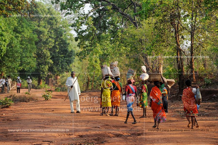 INDIA Chhattisgarh, Bastar, tribal Gond women coming from market, drunken man with stick / INDIEN Chhattisgarh , Bastar, Adivasi, indische Ureinwohner, Gond Frauen kommen vom Markt