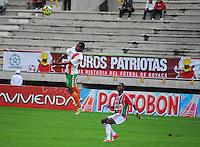 TUNJA -COLOMBIA. 26-05-2013. Jamillackson Palacios (Der) de Patriotas FC disputa el balón con Fredy Hurtado (Izq) del Envigado durante partido de la fecha 17 Liga Postobón 2013-1./ Jamillackson Palacios (R) of Patriotas FC fights for the ball with Fredy Hurtado (L) of Envigado during match of the 17th date of Postobon  League 2013-1.  (Photo: VizzorImage/José Palencia/Staff)