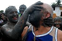 Milhares de moradores entram no mangue e começam a se sujar de lama antes de tomar as ruas da cidade em um carnaval ecológico. A idéia que iniciou há 20 anos atrás quando alguns moradores perceberam que as espécimes do manguezal estavam desaparecendo.<br /> 22/02/2009.<br /> Curuçá, Pará, Brasil.<br /> Foto Paulo Santos Foliões entram no manguezal se sujando de lama durante o carnaval no litoral do Pará. <br /> Curuçá, Pará, Brasil <br /> Foto Paulo Santos <br /> /2009