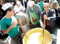 Il capogruppo del PdL al Senato Maurizio Gasparri mescola la polenta dei militanti della Lega Nord, di fronte a Montecitorio, Roma, 6 ottobre 2010..UPDATE IMAGES PRESS/Riccardo De Luca