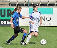 VV Rassing Harelbeke - Dames Club Brugge : duel tussen Nina Vindevoghel (links) en Astrid Braeckevelt .foto VDB / BART VANDENBROUCKE