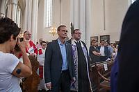 Mulitreligioeser CDS-Gottesdienst in der Berliner St. Marienkirche.<br /> Am Vorabend des Christopher Street Day veranstaltete der Evangelische Kirchenkreis Berlin Stadtmitte in der St. Marienkirche einen multireligioesen Gottesdienst. Daran nahmen christliche, moslemische und juedische Geistliche teil und sprachen zu aktuellen Themen wie Ehe fuer alle und Verfolgung von Minderheiten und LGBT in anderen Laendern. Ein besonderer Dank richtete sich an den Bundestagsabgeordneten Volker Beck fuer sein Jahrzehnte langes Engagement fuer eine Ehe fuer alle.<br /> Zum Abschluss des Gottesdienst wurde der ein muslimischer, ein juedischer und ein christlicher Segen fuer den CSD ausgesprochen.<br /> Im Bild: Vorne links: Der Regierende Buergermeister von Berlin, Michael Mueller. Rechts: Landesrabbiner a.D. Dr. Dr. Walter Homolka. Hinten links: Superintendent Dr. Berthold Hoecker.<br /> 21.7.2017, Berlin<br /> Copyright: Christian-Ditsch.de<br /> [Inhaltsveraendernde Manipulation des Fotos nur nach ausdruecklicher Genehmigung des Fotografen. Vereinbarungen ueber Abtretung von Persoenlichkeitsrechten/Model Release der abgebildeten Person/Personen liegen nicht vor. NO MODEL RELEASE! Nur fuer Redaktionelle Zwecke. Don't publish without copyright Christian-Ditsch.de, Veroeffentlichung nur mit Fotografennennung, sowie gegen Honorar, MwSt. und Beleg. Konto: I N G - D i B a, IBAN DE58500105175400192269, BIC INGDDEFFXXX, Kontakt: post@christian-ditsch.de<br /> Bei der Bearbeitung der Dateiinformationen darf die Urheberkennzeichnung in den EXIF- und  IPTC-Daten nicht entfernt werden, diese sind in digitalen Medien nach §95c UrhG rechtlich geschuetzt. Der Urhebervermerk wird gemaess §13 UrhG verlangt.]