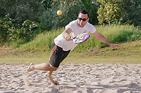 Beach Tennis wird jetzt beim FC Germania Leeheim angeboten, Maurice Murgilas (Germania Leeheim) hechtet nach dem Ball - Leeheim 16.06.2021: Beach Tennis