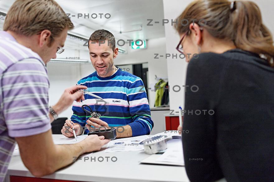 v.l.n.r. Renggi Simon, Huesler Daniel, Valerie Tobler bei einer Besprechung im Ingenieurbuero des IW Olten am 28. November 2011.Foto: Zvonimir Pisonic Copyright © 2010 SBB CFF FFS
