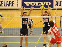 Knack Randstad Roeselare - Duvel Puurs..Yannick Claerman wil voorbij het blok van Dragan Radovic (4) en Matthijs Verhanneman (12)..foto DAVID CATRY / VDB