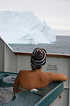 On voit défiler les icebergs depuis le jacuzzi installé sur le pont arrière. Croisière à bord du NordNorge. Péninsule Antarctique