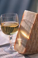 """France/17/Charente Maritime/La Rochelle: Tomme de chèvre """"La Caprine"""" et verre de vin blanc de l'ile de Ré"""