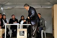 """BOGOTA - COLOMBIA, 26-08-2018: Ivan Duque, presidente de Colombia, ejerce su derecho al voto durante la Consulta Anticorrupción. Colombianos asisten a las urnas hoy, 26 de agosto de 2018, para votar la Consulta Popular Anticorrupción """"#7vecesSi, la cual es una iniciativa liderada por la senadora colombiana Claudia López y tiene como finalidad frenar uno de los principales males de Colombia que es la Corrupción. /  Ivan Duque, president of Colombia, makes his right to vote during the Anticorruption Populat Consult. Colombians came to the polls today, August 26, 2018, to vote the Anticorruption Populat Consult, #7vecesSi, wich is an iniciative leadership by congress woman Claudia Lopez and has a intention to fight against the one of the biggest problems in Colombia: the corruption. Photo: VizzorImage / Nelson Cardenas / SIG"""