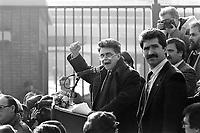 - Achille Occhetto, segretario del PCI (Partito Comunista Italiano) a Torino parla davanti al cancello 2 dello stabilimento FIAT Mirafiori (Gennaio 1990))<br /> <br /> - Achille Occhetto, secretary of PCI (Italian Communist Party) in Turin speaks at gate 2 of the FIAT Mirafiori factory (January 1990)