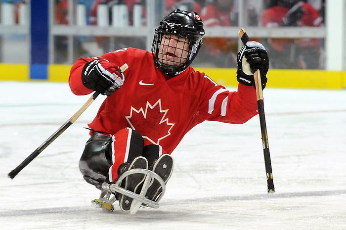Todd Nicholson, Vancouver 2010 - Para Ice Hockey // Para-hockey sure glace.<br /> Team Canada plays against Sweden in Para Ice Hockey action // Équipe Canada joue contre la Suède dans un match de para-hockey sur glace. 14/03/2010.