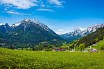 Deutschland, Bayern, Berchtesgadener Land, Ramsau bei Berchtesgaden: Gnotschaft (Ortsteil) Schwarzeck, Blick von Loiplsau in die Berchtesgadener Alpen mit Hochkalter 2.607 m (links) und Reiter Alpe (Reiter Alm) | Germany, Upper Bavaria, Berchtesgadener Land; Ramsau bei Berchtesgaden: district Schwarzeck, view from Loiplsau towards Berchtesgaden Alps with summit Hochkalter 2.607 m (left) and Reiter Alpe (Reiter Alm) mountain range