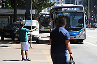 SÃO PAULO, SP, 18.03.2020 - TRANSPORTE-SP - Passageiros aguardam ônibus na Avenida Paulista, em São Paulo, nesta quarta-feira, 18. (Foto Charles Sholl/Brazil Photo Press/Folhapress)