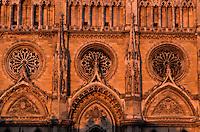Europe/France/Centre/45/Loiret/Orléans : La cathédrale Sainte-Croix dont la construction fut commencée au XIII° et poursuivie jusqu'au XVI° siècle- Architecture gothique - Rosaces de la façade dans la lumière du soir