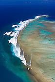 Récif de l'îlot Ténia, spot de surf sur la barrière de corail du Grand Récif Extérieur, Passe de St-Vincent au large de Bouloupari, Nouvelle-Calédonie