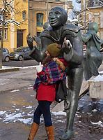 """fotografierende Touristen, Plastik """"Saltimbanques"""" = Gaukler von Benedicte Weis auf dem Theaterplatz-Place du Theatre, Luxemburg-City, Luxemburg, Europa """"Saltimbanques"""" by Benedicte Weis -Place du Theatre, Luxembourg City, Europe"""