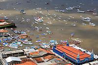 """A Baía do Guajará, no entorno de Belém, foi tomada na manhã deste sábado (11) por centenas de embarcações com devotos que acompanharam a 29º edição da Romaria Fluvial, que integra o calendário das 12 procissões oficiais do Círio de Nazaré. O """"Círio das Águas"""" saiu do trapiche de Icoaraci, distrito de Belém, a bordo do navio Garnier Sampaio, da Marinha do Brasil, às 9h, e chegou por volta de 11h na escadinha do cais do Porto, na Estação das Docas, de onde segue para a quarta homenagem: a Motorromaria.<br /> <br /> A Capitania dos Portos afirma que cerca de 500 embarcações participaram da romaria. A Diretoria da Festa de Nazaré, Dieese/PA e Polícia Militar informaram que em torno de 50 mil pessoas acompanham a romaria fluvial, entre as pessoas que acompanham nas embarcações e as que assistem desde a saída de Icoaraci até a chegada na Estação das Docas/escadinha do cais do Porto. Na chegada da procissão, a imagem peregrina de Nossa Senhora de Nazaré é recebida por autoridades do Belém e do Pará.<br /> <br /> Segundo estudos conjuntos do Dieese/PA e da Diretoria da Festa de Nazaré, o Círio Fluvial percorreu cerca de 10 milhas náuticas - o equivalente a 18,500 km - de procissão em aproximadamente duas horas.<br /> <br /> Belém, Pará, Brasil.<br /> Foto Paulo Santos<br /> 11/10/2014"""