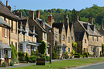 Grossbritannien, England, Worcestershire, Broadway: High Street mit den typischen Cotswold Haeusern | Great Britain, England, Worcestershire, Broadway: View along the High Street with cotswold stone cottages