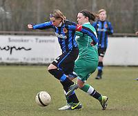 Club Brugge Dames - OHL Oud Heverlee Leuven : Femke Houben in duel om de bal met  Angelique De Wulf.foto DAVID CATRY / Vrouwenteam.be