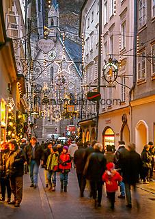 Oesterreich, Salzburger Land, Salzburg: in der Getreidegasse zur Weihnachtszeit   Austria, Salzburger Land, Salzburg, Getreidegasse at advent season