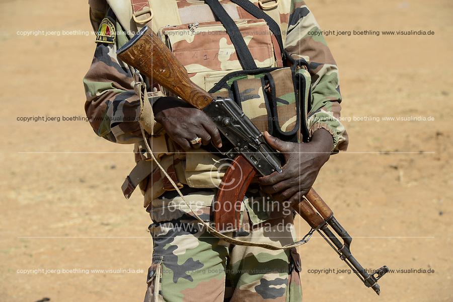 MALI, Gao, village BAGOUNDJÉ, Malian armed Forces FAMa, soldier with machine gun kalashnikov AK 47  / Dorf BAGOUNDJÉ, FAMa Soldat der malischen Armee mit Kalaschnikow AK-47