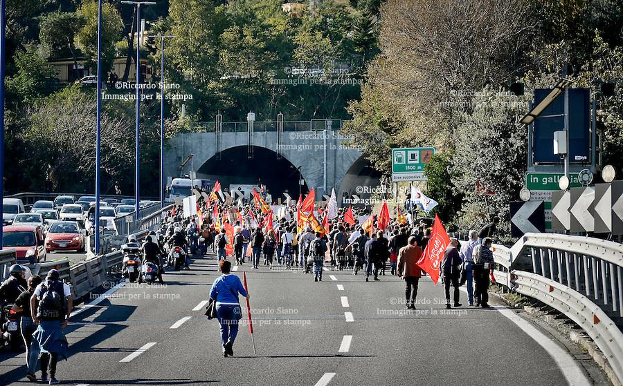 """- NAPOLI 14 NOV 2014 -  Napoli, diecimila in piazza per lo """"sciopero sociale"""". Bloccata la Tangenziale."""