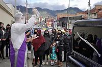 BOGOTA - COLOMBIA, 10-08-2020: Sepelio de dos víctimas del Coronavirus, Eduardo Supelano y Jaime Ramirez (56), en el cementerio del Chapinero de la capital de Colombia, Bogotá. Algunas zonas de la ciudad aún premenecen en cuarentena por la pandemia del Coronavirus, COVID-19 debido al alto número de infectados diarios que se registran. / Burial of two victims of the Coronavirus, Eduardo Supelano and Jaime Ramirez (56), in the Chapinero cemetery of the capital of Colombia, Bogotá. Some areas of the city are still in quarantine due to the Coronavirus pandemic, COVID-19 due to the high number of daily infected that are registered. Photo: VizzorImage / Diego Cuevas / Cont
