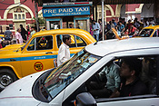 Commuters wait in queue to catch a taxi outside the Howrah station in Kolkata, West Bengal on Friday, May 26, 2017. Photographer: Sanjit Das