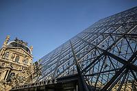 FRANCIA - Parigi - Jeoh Ming Pei, 1989, piramide di vetro, entrata principale del Museo del Louvre FRANCE - Paris - Jeoh Ming Pei, 1989, glass pyramid, the main entrance to the Louvre Museum