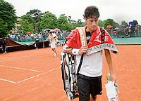 27-5-08, France,Paris, Tennis, Roland Garros, Robin Haase druipt af in de regen als zijn partij tegen Cilic (L) wordt afgebroken en de afdekzeilen over de baan getrokken worden