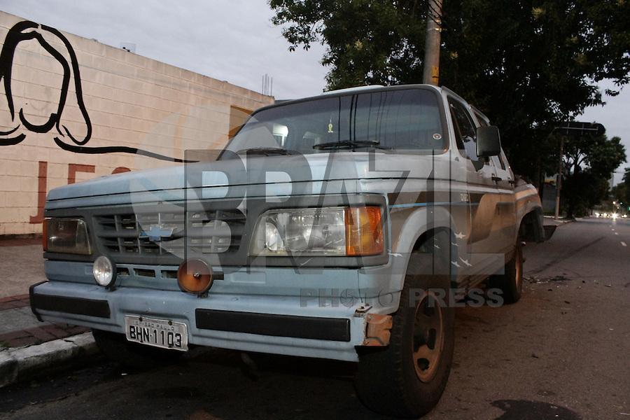 SÃO PAULO, SP, 12 JANEIRO DE 2013  - ACIDENTE DE CARRO - Veiculo ao tentar ultrapassagem entre dois carros, perde controle e acaba colidindo com caminhonete estacionada na av Rudge, regiao da Barra Funda, na manha desse sabado, 12. Nimguem ficou ferido. -   FOTO LOLA OLIVEIRA - BRAZIL PHOTO PRESS