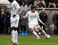 Pictured: Jordi Gomez of Swansea taking a free kick (R)<br /> Re: FA Cup Fifth Round, Swansea City FC v Fulham at the Liberty Stadium. Swansea, south Wales, Saturday 14 February 2009<br /> Picture by D Legakis Photography / Athena Picture Agency, Swansea 07815441513