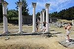"""Foto: VidiPhoto<br /> <br /> KOS - Terwijl Griekenland op de rand van de economische afgrond balanceert, laten toeristen zich niet weerhouden door te genieten van zon, zee strand en kunst en cultuur, zoals hier bij het Asklepieion van het Griekse eiland Kos. Het is de belangrijkste archeologische plaats op het eiland. Het antieke sanatorium ligt bijna 4 km in zuidwestelijke richting, buiten de huidige eilandhoofdstad en is door de Duitse archeoloog Rudolf Herzog ontdekt en blootgelegd. Het Eiland Kos staat bekend als de geboorteplaats van Hippocrates, de """"Vader van de Geneeskunde"""". Hippocrates leefde rond 460 voor Christus. Tot op de dag van vandaag wordt door artsen de eed van Hippocrates afgelegd. Het Asklepieion was het beste en tevens het bekendste ziekenhuis uit die tijd.Het Asklepieion bestaat uit drie grote terrassen die met elkaar in verbinding staan door middel van zeer brede trappen. Ook bij musea en archeologische vindplaatsen moeten entreebewijzen contant  afgerekend worden om zo de belastingen te kunnen ontduiken. Volgens schattingen betaalt minder dan de helft van de Griekse bevolking belasting en dan ook nog maar over een klein deel van het inkomen."""
