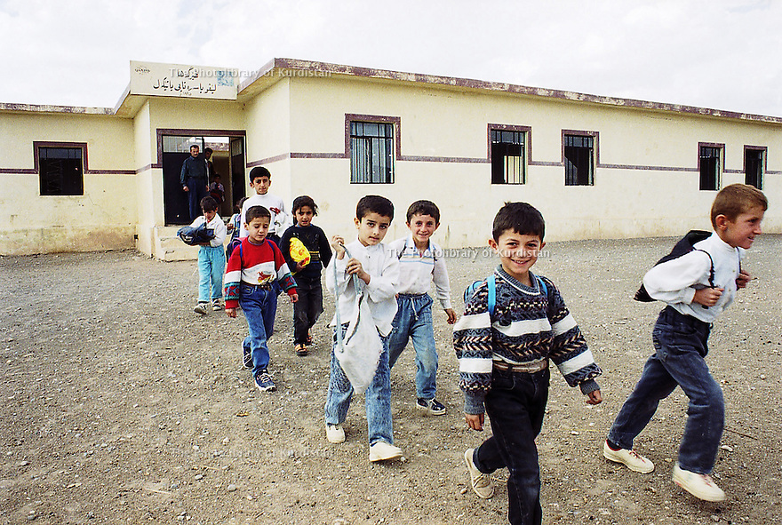 Irak 2000 Sortie de classes a Levo, un village pres de Zakho  Iraq 2000  After school in Levo, a village near Zakho.