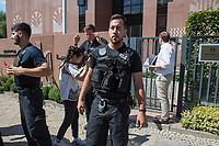"""Reporter ohne Grenzen (ROG) protestierte am Montag den 30. Juli 2018 weltweit fuer die Freilassung des seit fast fuenf Jahren inhaftierten aegyptischen Fotojournalisten Mahmud Abu Seid - """"Shawkan"""".<br /> Shawkan arbeitete als freier Fotograf unter anderem fuer die Agenturen Demotix und Corbis sowie fuer das deutsche Magazin Focus. Er wurde am 14. August 2013 in Kairo festgenommen, als er ueber die gewaltsame Aufloesung der Protestcamps von Anhaengern des gestuerzten Praesidenten Mohammed Mursi berichtete. In der Haft ist Shawkan schwer an Hepatitis C erkrankt.<br /> Im Bild: In Berlin uebergab der Geschaeftsfuehrer von ROG-Deutschland, Christian Mihr, Unterschriften aus einer Protestmail-Aktion an die aegyptischen Botschaft. Die Polizei versuchte anwesende Journalisten daran zu hindern von der Uebergabe Foto- und Filmaufnahmen zu machen.<br /> 30.7.2018, Berlin<br /> Copyright: Christian-Ditsch.de<br /> [Inhaltsveraendernde Manipulation des Fotos nur nach ausdruecklicher Genehmigung des Fotografen. Vereinbarungen ueber Abtretung von Persoenlichkeitsrechten/Model Release der abgebildeten Person/Personen liegen nicht vor. NO MODEL RELEASE! Nur fuer Redaktionelle Zwecke. Don't publish without copyright Christian-Ditsch.de, Veroeffentlichung nur mit Fotografennennung, sowie gegen Honorar, MwSt. und Beleg. Konto: I N G - D i B a, IBAN DE58500105175400192269, BIC INGDDEFFXXX, Kontakt: post@christian-ditsch.de<br /> Bei der Bearbeitung der Dateiinformationen darf die Urheberkennzeichnung in den EXIF- und  IPTC-Daten nicht entfernt werden, diese sind in digitalen Medien nach §95c UrhG rechtlich geschuetzt. Der Urhebervermerk wird gemaess §13 UrhG verlangt.]"""