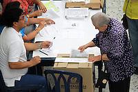 BUCARAMANGA -COLOMBIA. 25-05-2014. Una mujer deposita su voto en Bucaramanga durante la jornada de elecciones Presidenciales en en Colombia que se realizan hoy 25 de mayo de 2014 en todo el país./ A woman deposit her vote in Bucaramanga during the day of Presidential elections in Colombia that made today May 25, 2014 across the country. Photo: VizzorImage / Duncan Bustamante /Str