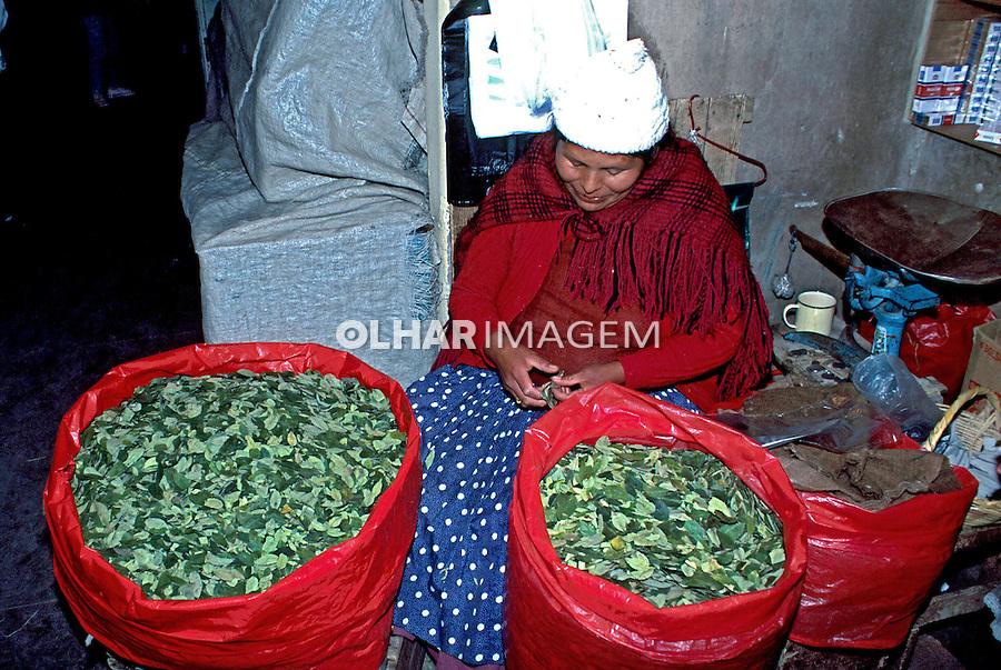 Venda de folha de coca em Potosí. Bolívia. 1998. Foto de Juca Martins.