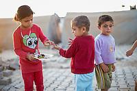 Fluechtlingskinder in dem Fluechtlingscamp Arin Mirxan nahe der Ortschaft Suruc im tuerkischen Grenzgebiet zu Syrien. Hier leben ca. 250 Menschen, die vor dem Krieg des IS gegen die Kurden in dem Kurdengebiet Rojava von Syrien aus in die Tuerkei geflohen sind.<br /> 11.10.2015, Suruc/Tuerkei<br /> Copyright: Christian-Ditsch.de<br /> [Inhaltsveraendernde Manipulation des Fotos nur nach ausdruecklicher Genehmigung des Fotografen. Vereinbarungen ueber Abtretung von Persoenlichkeitsrechten/Model Release der abgebildeten Person/Personen liegen nicht vor. NO MODEL RELEASE! Nur fuer Redaktionelle Zwecke. Don't publish without copyright Christian-Ditsch.de, Veroeffentlichung nur mit Fotografennennung, sowie gegen Honorar, MwSt. und Beleg. Konto: I N G - D i B a, IBAN DE58500105175400192269, BIC INGDDEFFXXX, Kontakt: post@christian-ditsch.de<br /> Bei der Bearbeitung der Dateiinformationen darf die Urheberkennzeichnung in den EXIF- und  IPTC-Daten nicht entfernt werden, diese sind in digitalen Medien nach §95c UrhG rechtlich geschuetzt. Der Urhebervermerk wird gemaess §13 UrhG verlangt.]